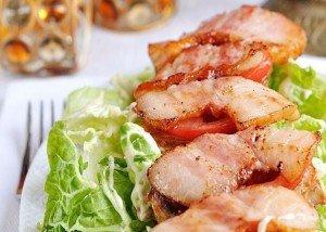 Теплый салат с беконом Ингредиенты: Салат —