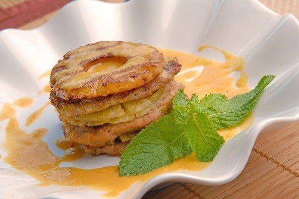 Запеченное мясо с ананасами и сыром Ингредиенты: