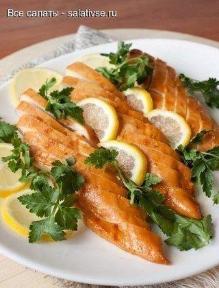 Медово-лимонные куриные грудки и салаты с копченой