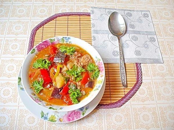 Летнее рагу с мясом и овощами Лук